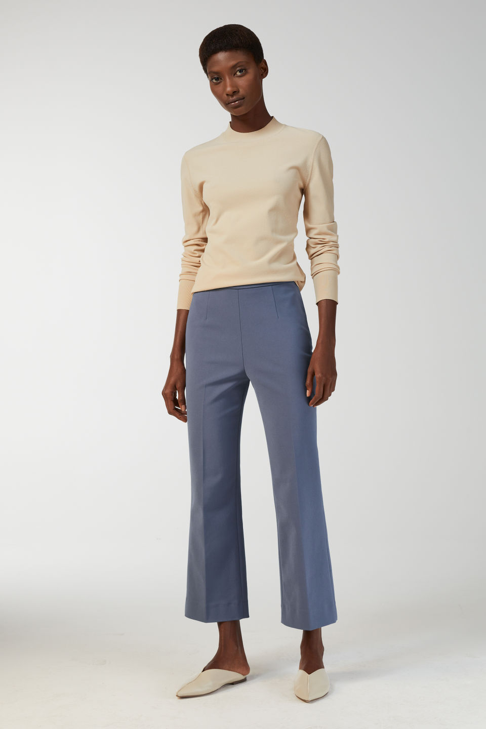 Model front image of Arket cropped cotton trousers in blue
