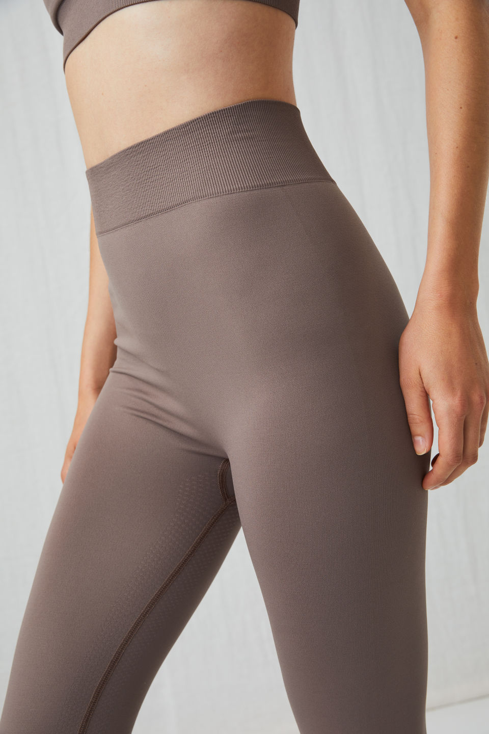 Detailed image of Arket seamless yoga tights in beige